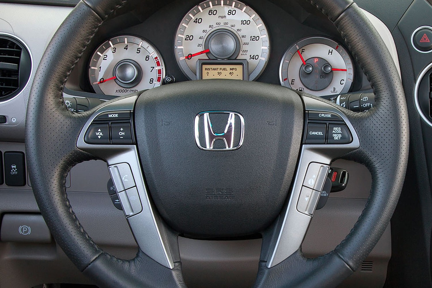 Honda Pilot Touring w/Navigation and Rear Entertainment 4dr SUV Steering Wheel Detail (2013 model year shown)
