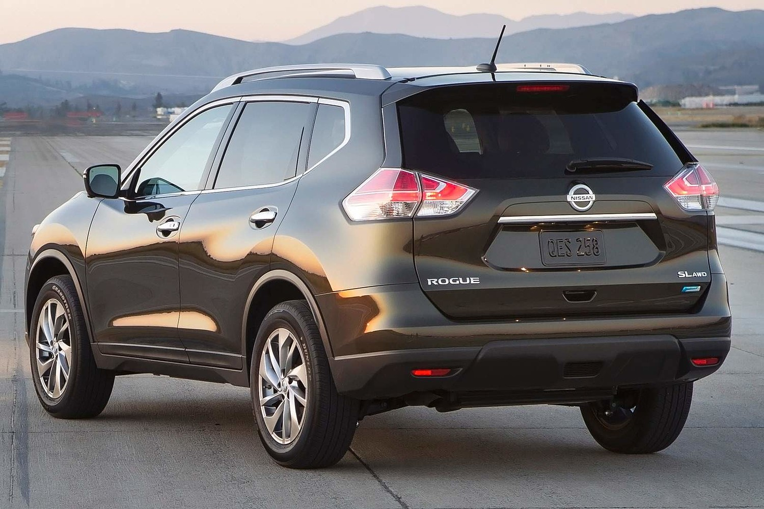 Nissan Rogue SL 4dr SUV Exterior (2014 model year shown)