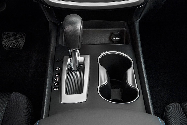 2016 Nissan Altima 2.5 SR Sedan Shifter Shown