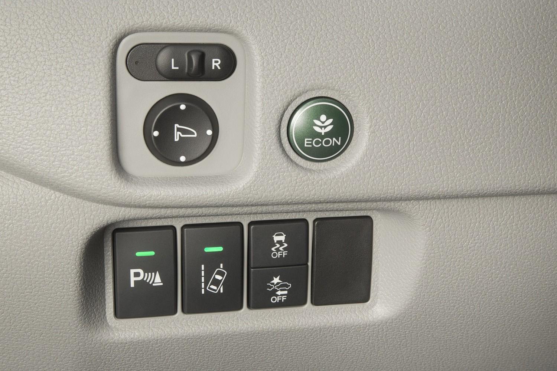 Honda Pilot Elite 4dr SUV Aux Controls (2016 model year shown)