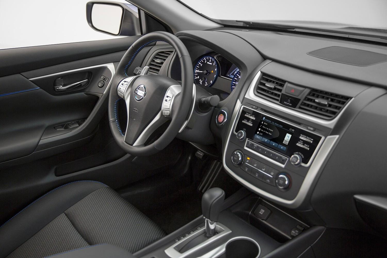 2016 Nissan Altima 2.5 SR Sedan Interior