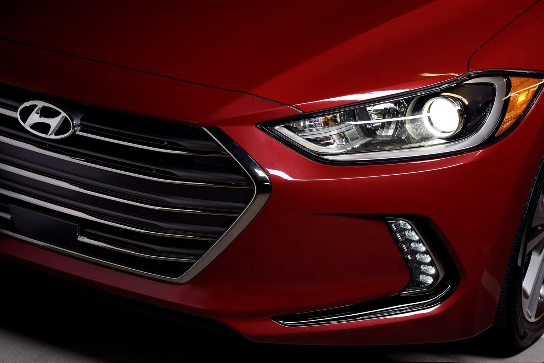 2017 Hyundai Elantra Limited Sedan Headlamp Detail