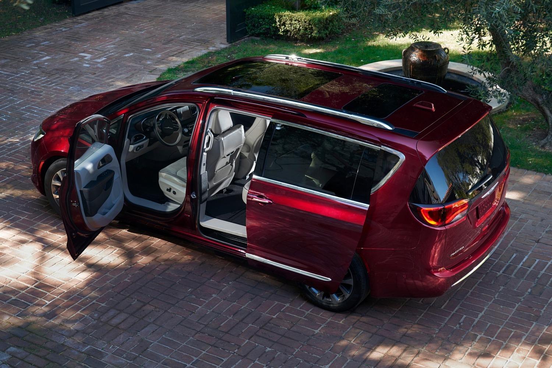 2017 Chrysler Pacifica Limited Passenger Minivan Exterior Detail