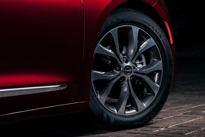 2017 Chrysler Pacifica Limited Passenger Minivan Wheel