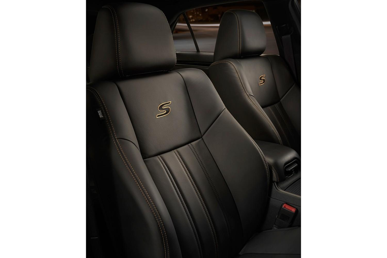Chrysler 300 Alloy Sedan Interior Detail. Options Shown. (2016 model year shown)