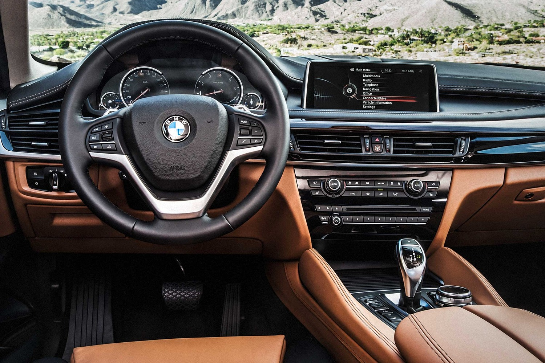 BMW X6 xDrive50i 4dr SUV Steering Wheel Detail (2017 model year shown)