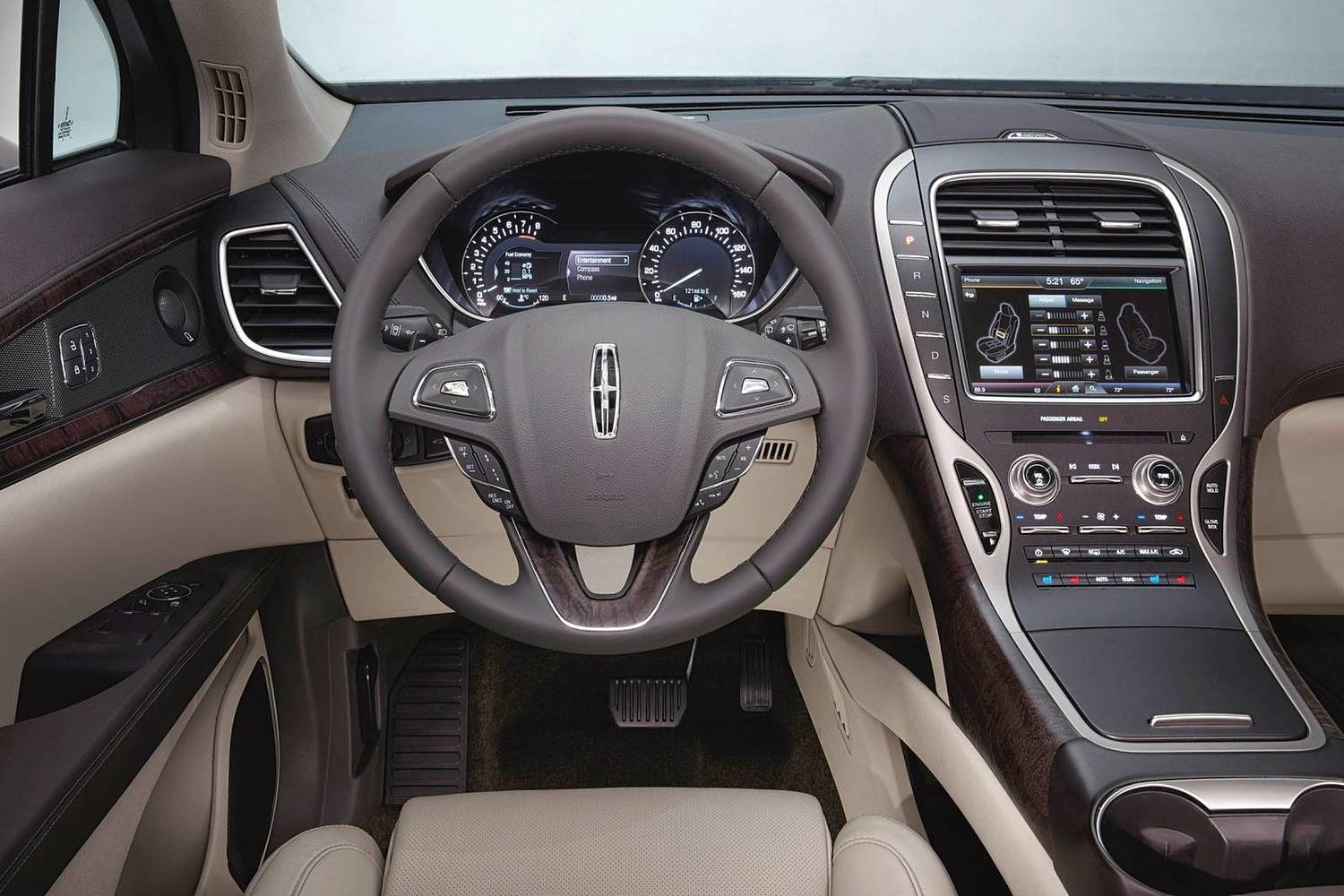 Lincoln MKX Reserve 4dr SUV Steering Wheel Detail (2017 model year shown)