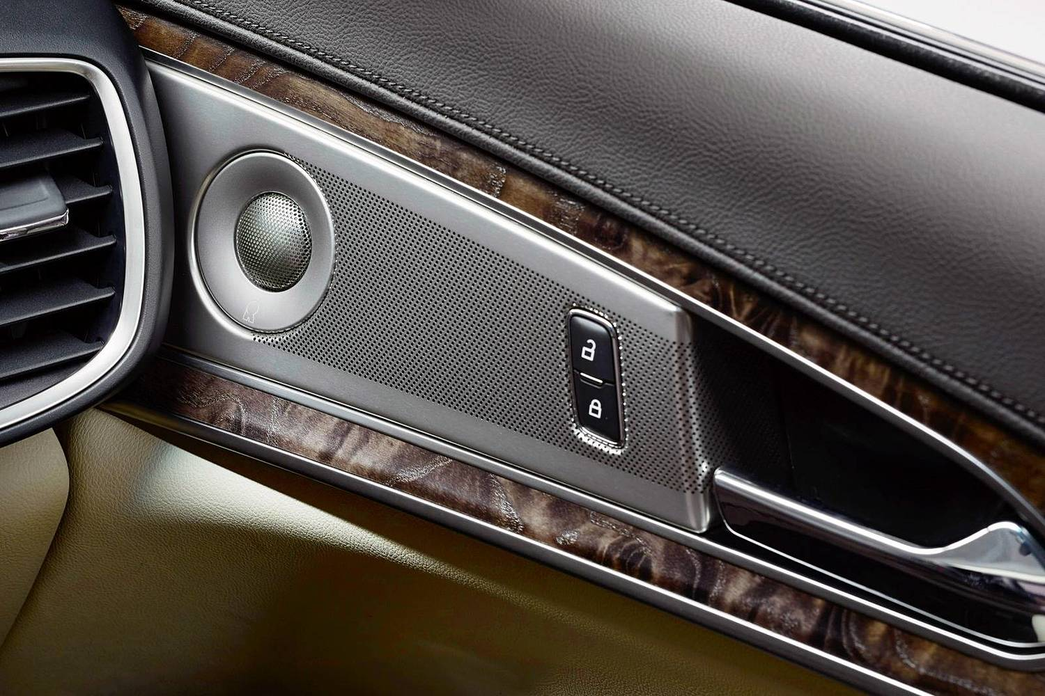 Lincoln MKX Reserve 4dr SUV Interior Detail (2017 model year shown)