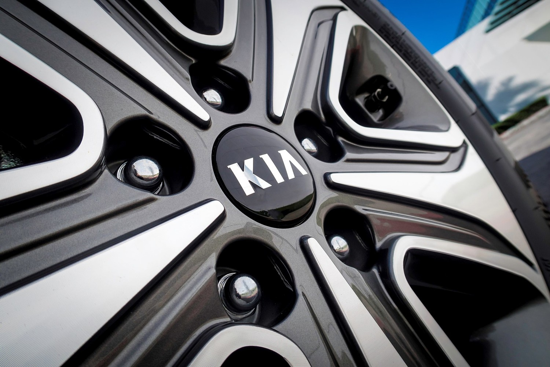Kia Optima Plug-In Hybrid EX Sedan Wheel (2017 model year shown)