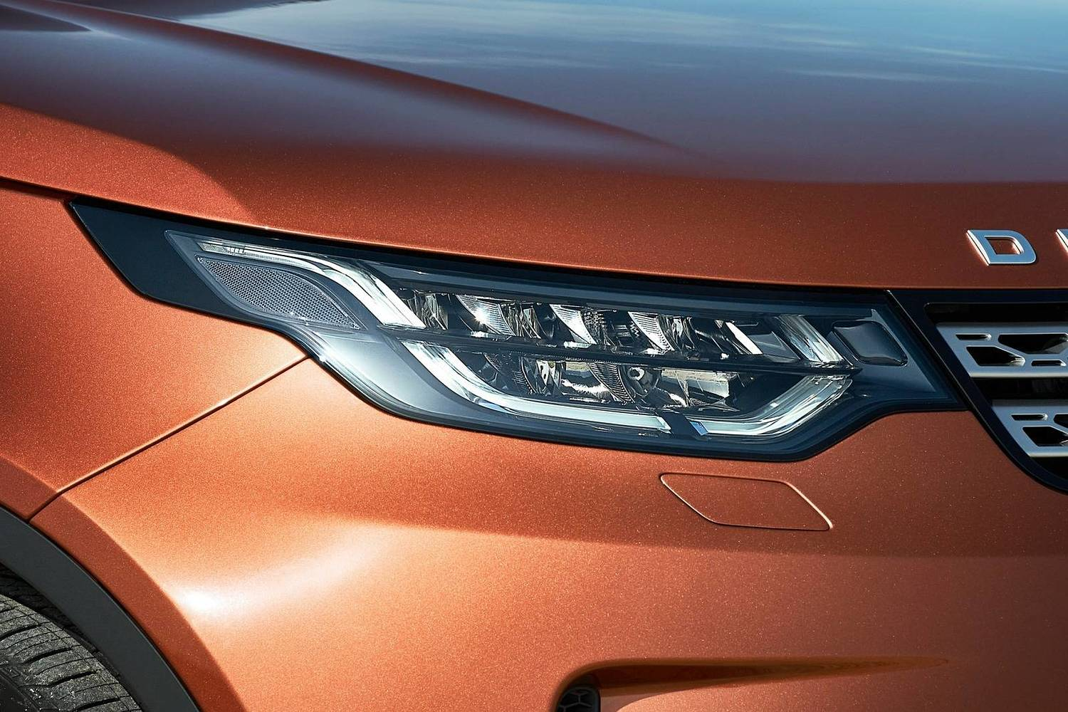 Land Rover Discovery HSE Td6 4dr SUV Headlamp Detail (2017 model year shown)