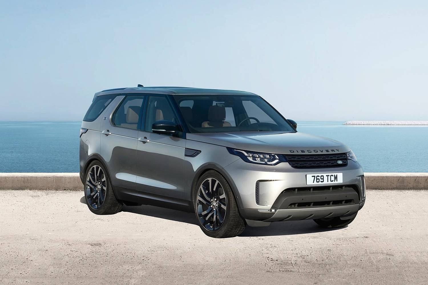 Land Rover Discovery HSE Td6 4dr SUV Exterior. Black Design Package Shown. (2017 model year shown)