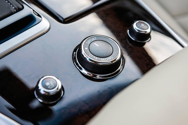 INFINITI QX60 4dr SUV Aux Controls (2017 model year shown)