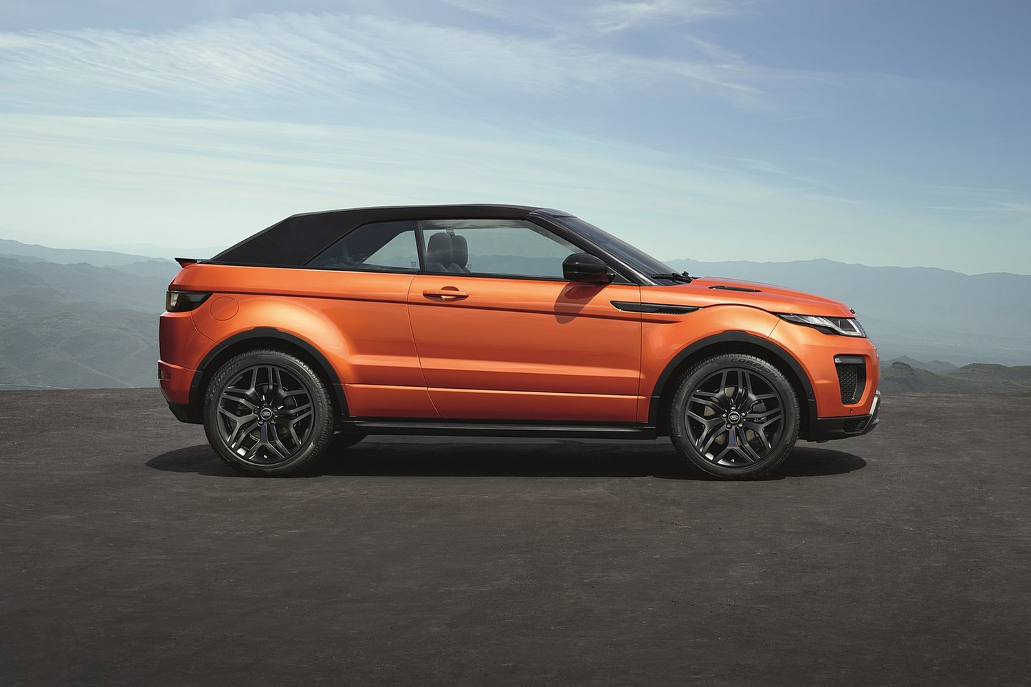 2018 Land Rover Range Rover Evoque HSE Dynamic Convertible SUV Profile. Options Shown.
