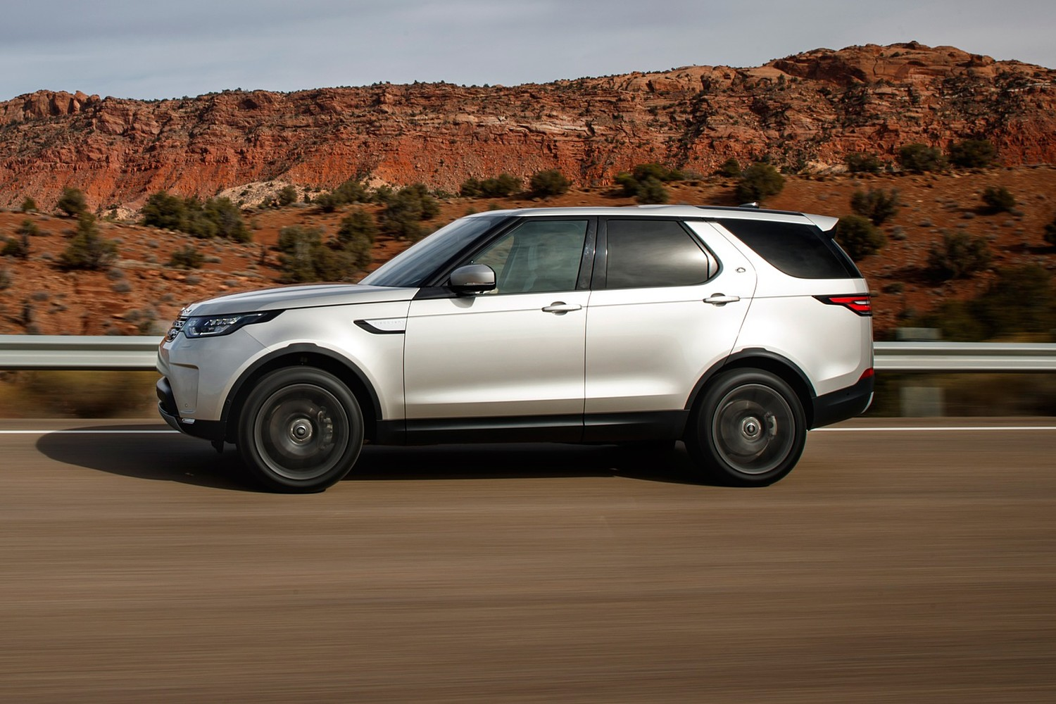 2018 Land Rover Discovery HSE Td6 4dr SUV Profile. Options Shown.