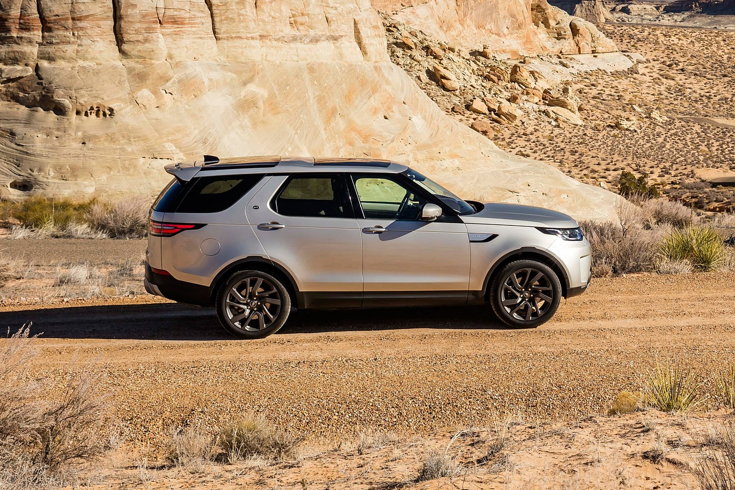 2018 Land Rover Discovery HSE Td6 4dr SUV Profile Shown