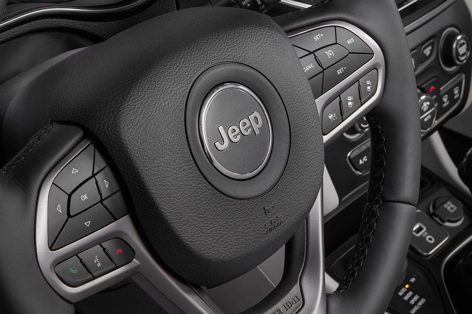 2019 Jeep Cherokee Limited 4dr SUV Aux Controls Shown